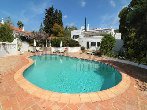 Moradia com 4 quartos, piscina, lindo jardim no Monte Judeu, Portimão