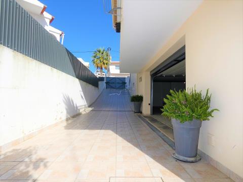 Semi-Detached House - T4 - 3 Suites - Garage for 4 cars