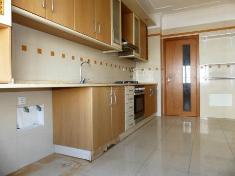 Apartamento T3 - Roupeiros Embutidos - Varanda - Vale Lagar - Portimão - Algarve