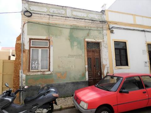 Casa T2 - Patio trasero - Recuperar - Centro de Portimão - Algarve