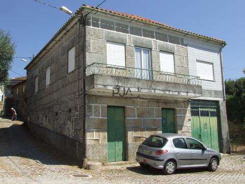 Moradia T3 para remodelar em Lamegal, Penalva do Castelo