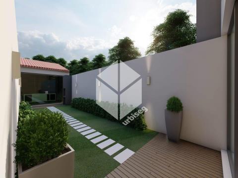 Bairro Novo/ Casino - Moradia T4 com Garagem e Jardim .