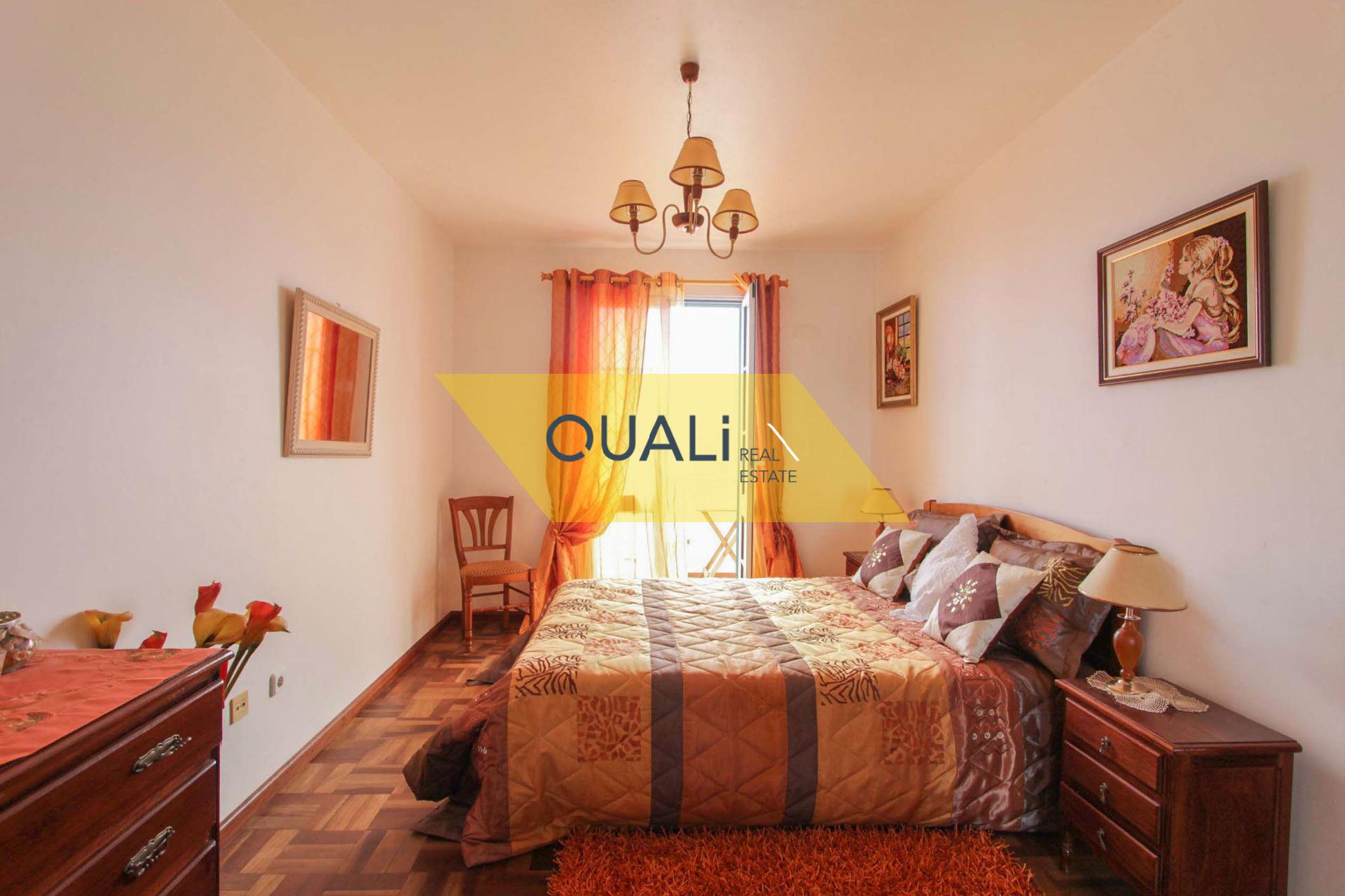 Casa con 3 dormitorios y 2 apartamentos T0 en venta - Isla de Madeira. €599.000,00