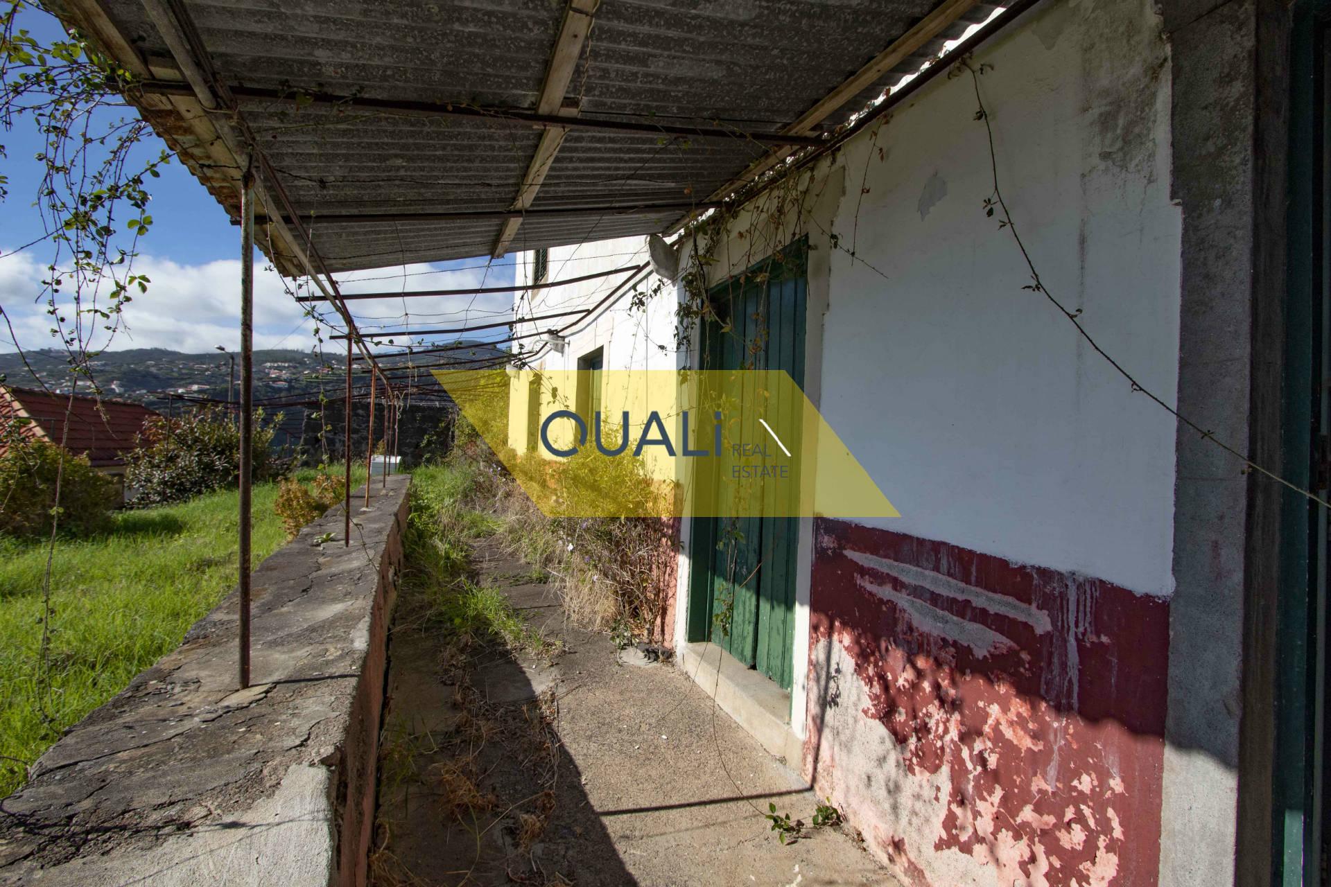 Terreno de 1910m2 com uma casa  em Santa Cruz - Ilha da Madeira - €150.000,00