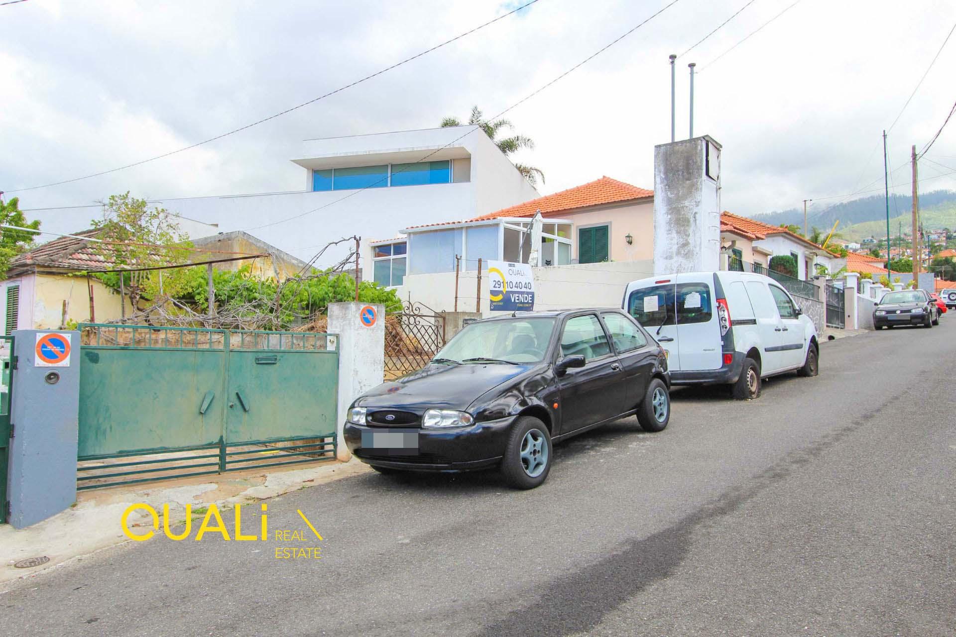 Moradia T1 para remodelar com 300m2 de terreno para Venda no Funchal.