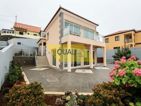 Villa de 3 dormitorios, ubicada en Arco da Calheta, € 250.000,00