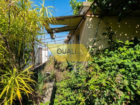 - Mischgebäude mit 1000 m2; - Genehmigtes Projekt für ein Einfamilienhaus, T3 + Dachboden, mit Swimm