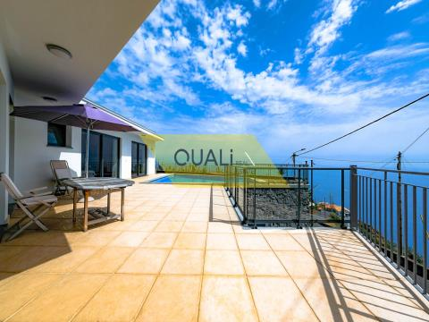 Detached house with pool in Calheta - Madeira Island - € 395.000,00