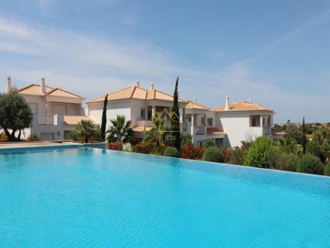 Villa V4 + 1  em Vilamoura, com 504 m2 de construção.