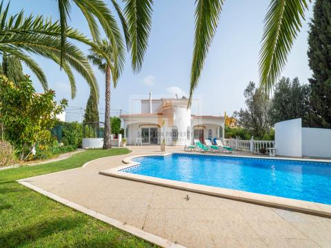 Para venda em Salicos Carvoeiro, moradia T3 com piscina aquecida e jardins paisagísticos