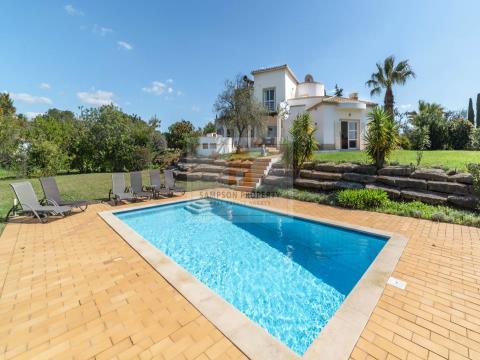 Para venda em Salicos Carvoeiro, moradia T4 com piscina aquecida e jardins paisagísticos