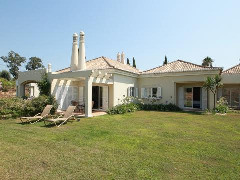 2 bed luxury property for sale on Vale dOliveiras