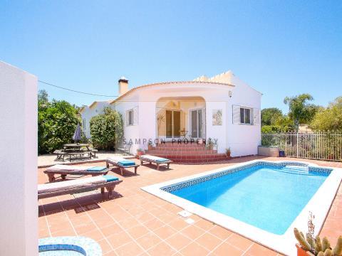Para venda, Moradia térrea com 3 quartos nos arredores de Carvoeiro com piscina e jardim privados