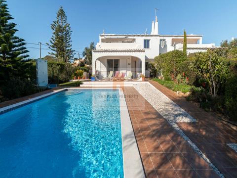 Moradia geminada, renovada de 3 quartos com piscina aquecida, vista mar e jardim privado.