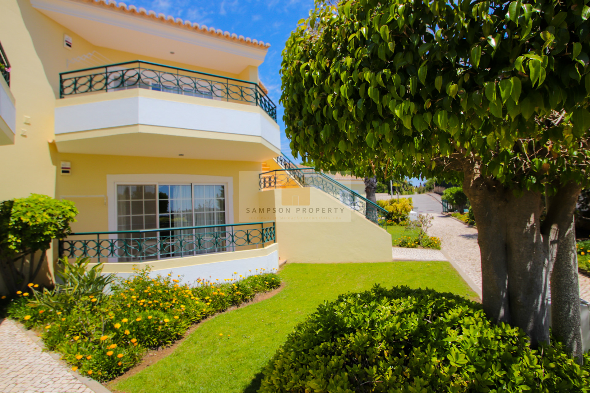 For sale on Presa da Moura, Carvoeiro. Attractive townhouse with communal pool and gym