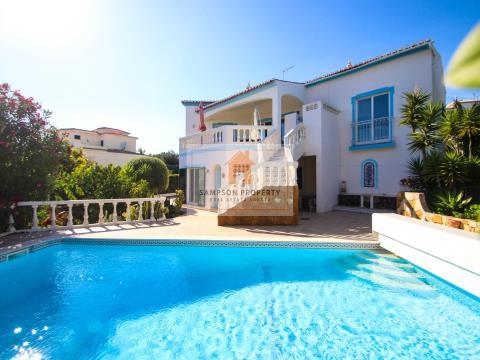 Moradia V3 com jardim, piscina e garagem em Carvoeiro, Algarve