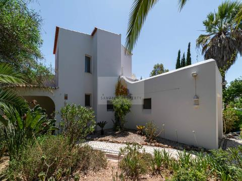 Attractive 4 bed villa with heated pool & garage