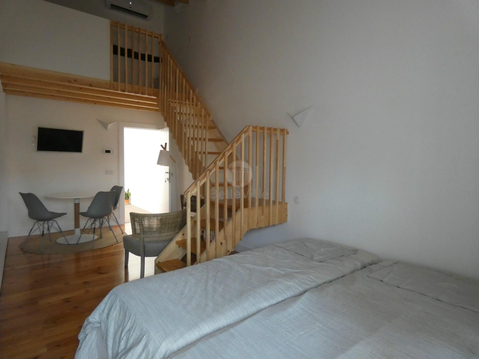 Excelente apartamento T0 com mezanino, remodelado, equipado, mobilado localizado no centro da cidade
