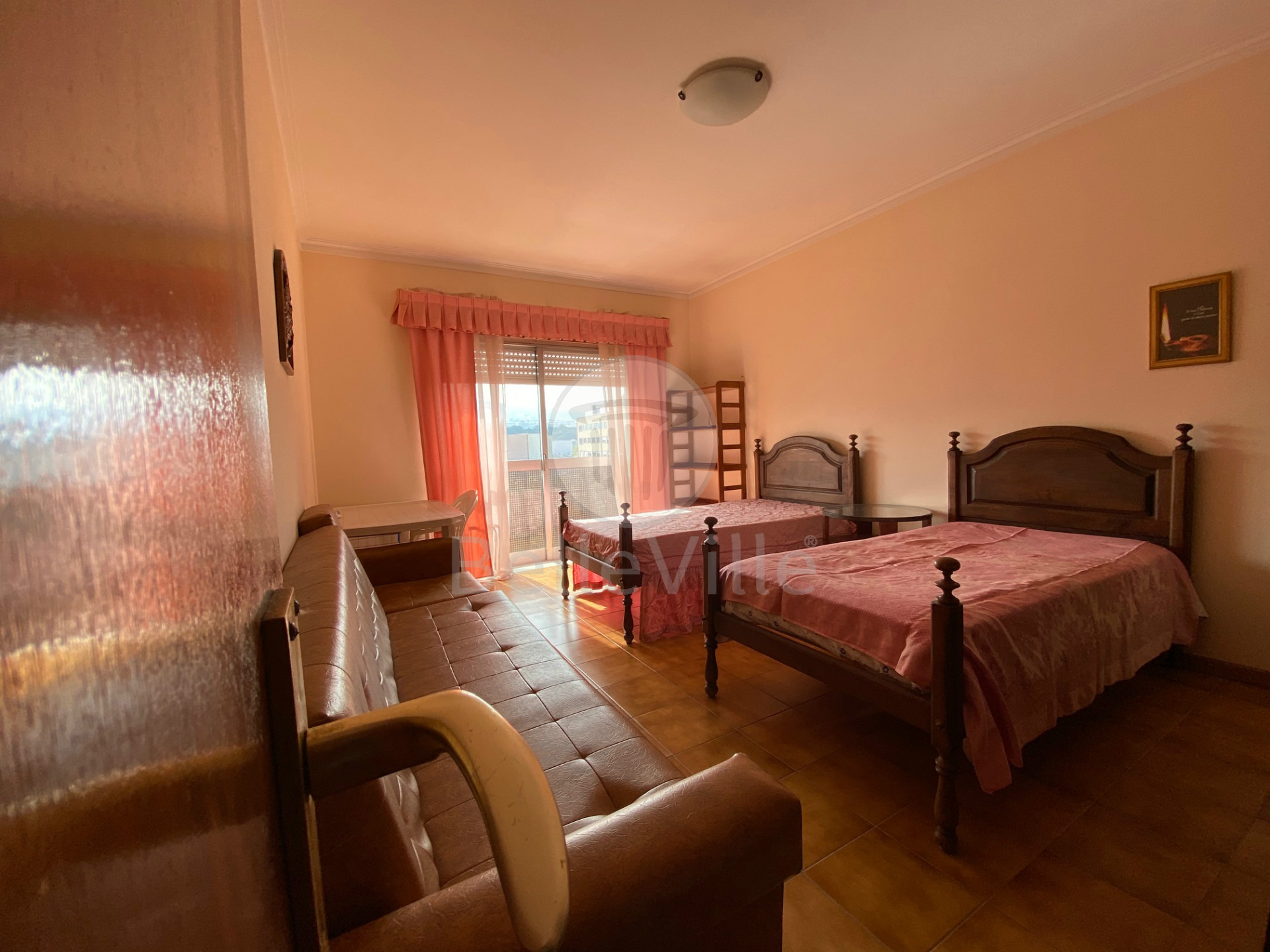 Apartamento T1, convertido em 2 quartos, mobilado para arrendamento em São Vítor