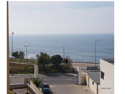 Apartamento T2 duplex de Prédio em frente à Praia