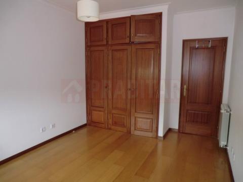 Apartamento T2 com sótão dividido junto ao Vale das Flores