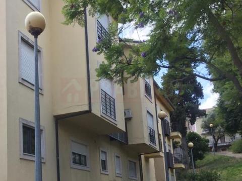 Arrenda-se Apartamento T1 com aparcamento e arrumo à Solum