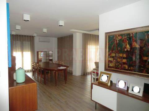 Na Urbanização Quinta da Portela, Excelente Apartamento T4 com Garagem Dupla