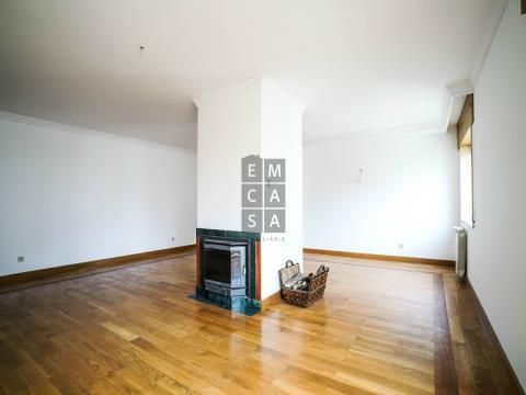 Apartamento T4 em zona residencial de Vila Nova de Gaia