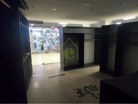 Loja no Centro Comercial Portela