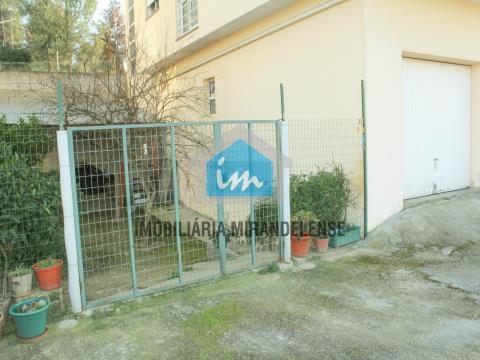 Apartamento T2 com jardim e garagem fechada