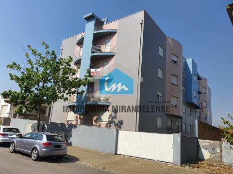 Apartamento T3 com condomínio fechado e piscina em Mirandela