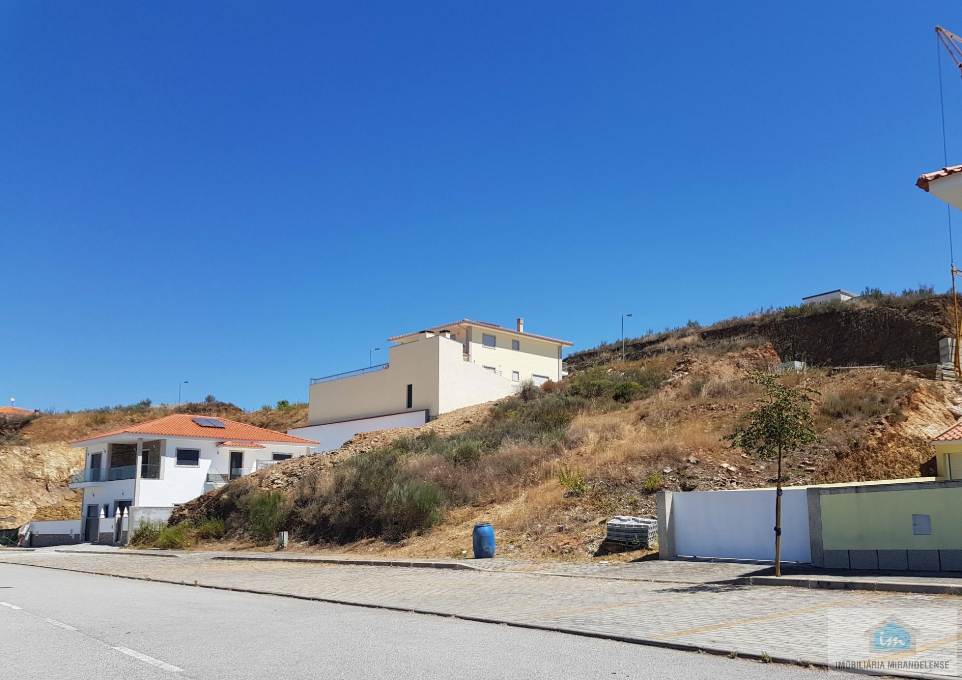 Lote de terreno para construção de uma moradia independente