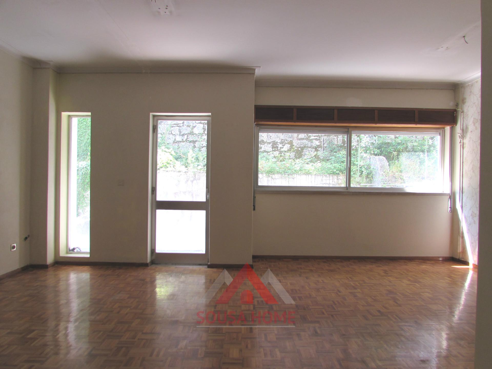 Escritório centro - 2 gabinetes + sala + terraço