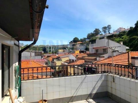 Prédio muito próximo da Marina da Afuradacom t2 triplex + 1 loja/cafeteira equipada