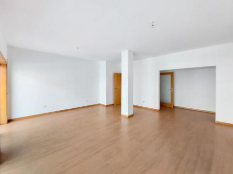 Apartamento T4 transformado em T3 totalmente renovado.