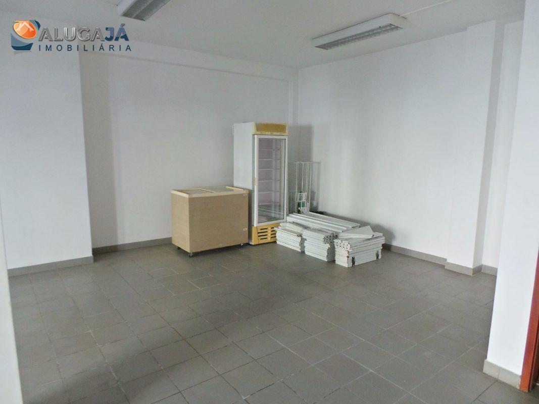 Loja em Porto Salvo ideal para mercearia ou mini-mercado.