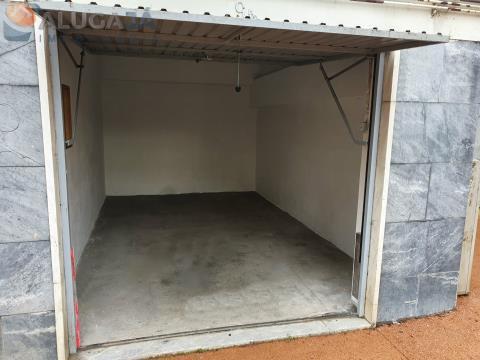 Garagem box em Mem Martins com 14m² com saída direta para rua e fácil acessibilidade.