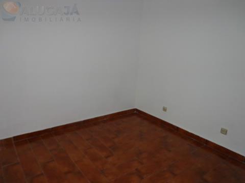 Apartamento T2 no Pendão em prédio de 5 pisos com um pequeno terraço.