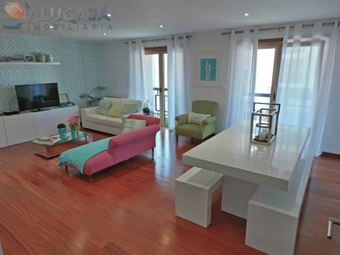 Apartamento T3 com suíte em Queijas, com cozinha equipada e garagem para 2 carros.