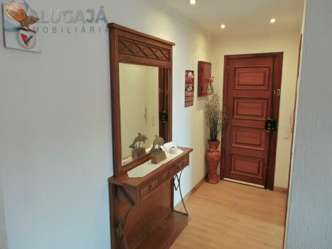 Apartamento T2 muito soalheiro em Belas/Serra da Silveira, situado em zona calma.