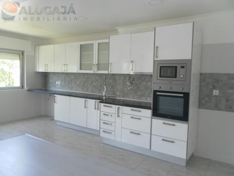 Apartamento T3 em Massamá totalmente remodelado, junto ao centro de saúde e supermercados Pingo Doce