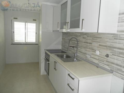 Apartamento T2 totalmente remodelado na Amadora/Alto da Mira, próximo ao IC16.