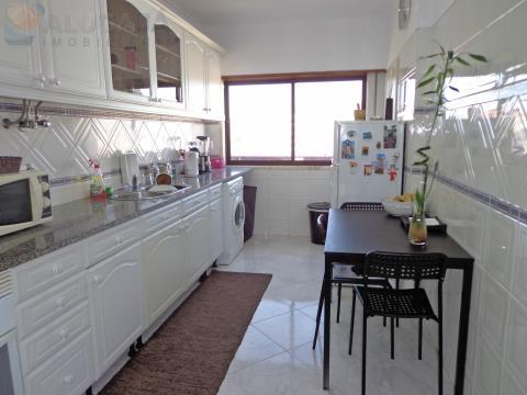 Apartamento T2 na primeira linha de São Marcos, com arrecadação próximo ao supermercado Continente.