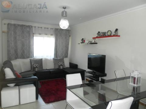 Apartamento T2 em zona central de São Marcos com arrecadação.