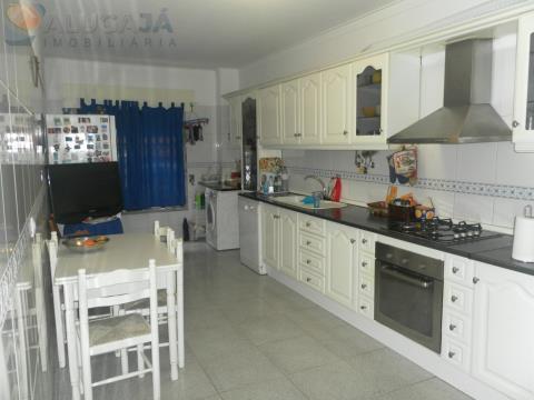 Apartamento T2 em Massamá com cozinha totalmente equipada.