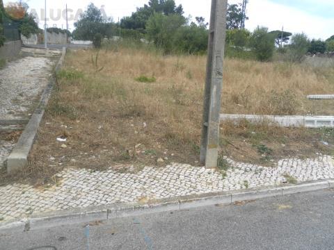 Terreno com 273m² com área de implantação de 94m² e 246m² de construção.