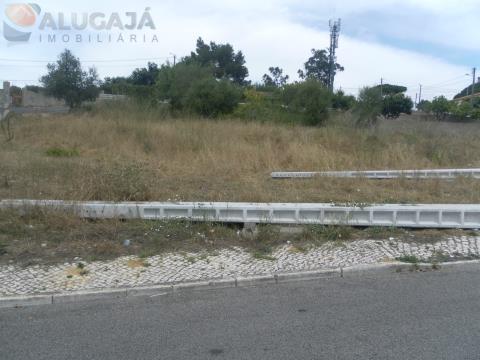 Terreno com 273m² em Francos/Rio de Mouro com área de implantação de 94m² e 246m² de construção.