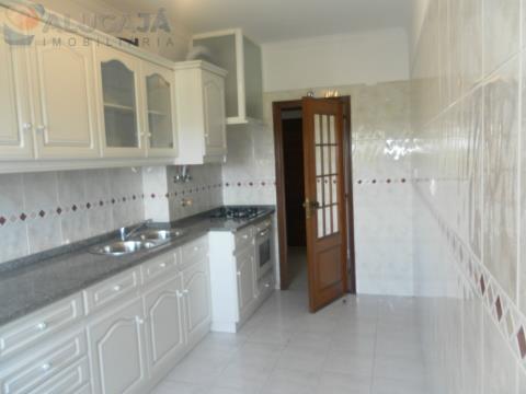Excelente apartamento T2 em São Marcos, virado a Nascente e Sul.