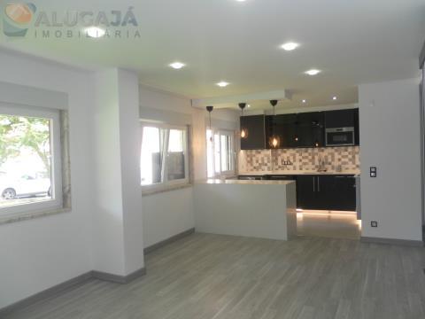 Apartamento T2 todo remodelado situado em zona central da urbanização