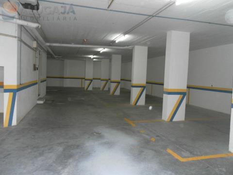 Garagem/armazém de 298m², com 10 lugares bem definidos ideal para investimento